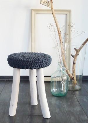 hocker mit m tze gute stube. Black Bedroom Furniture Sets. Home Design Ideas